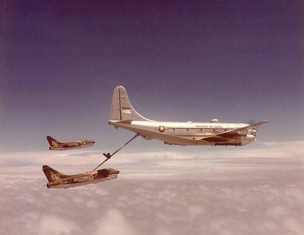 KC-97L madder et par sultne Vought A-7D Corsair II