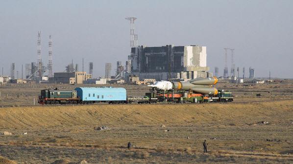 Soyuz TMA-12 fragtes fra samlehallerne til rampen
