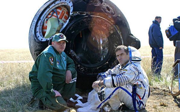 Træt kosmonaut efter hjemturen