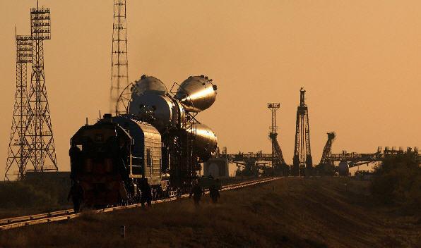 Soyuz TMA-3 med booster på vej mod rampen