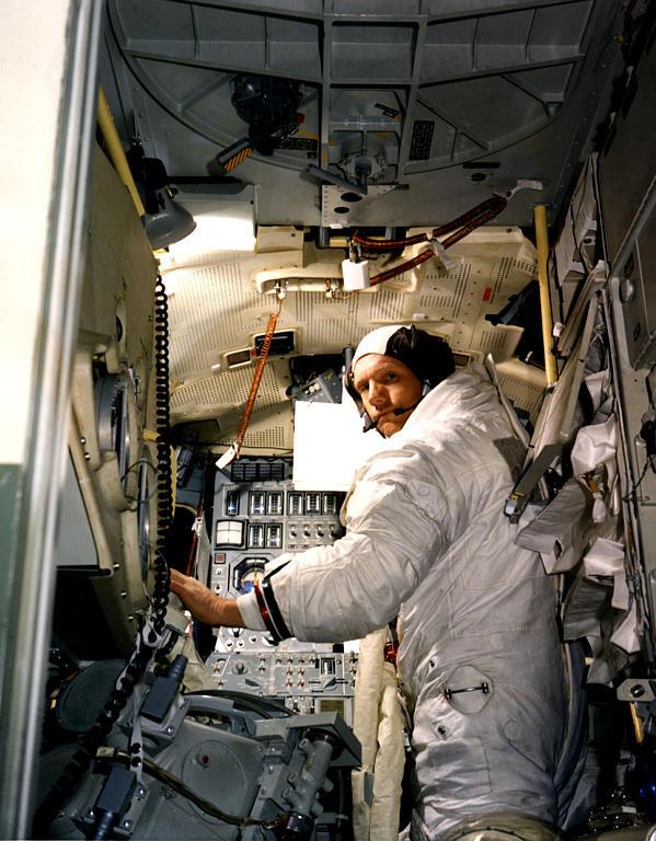 Armstrong ved roret i månelanderen