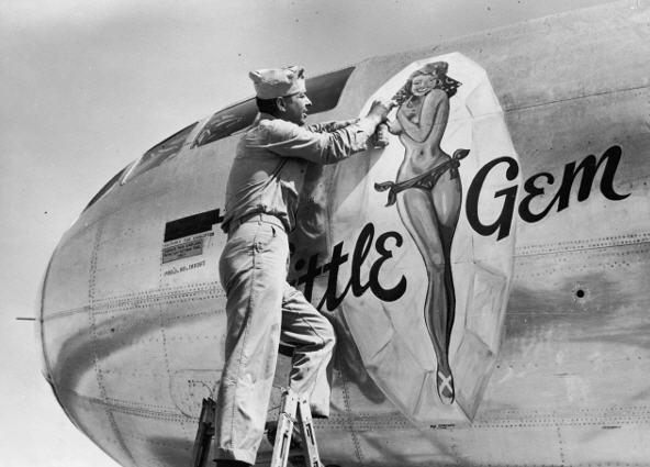 Sidste hånd lægges på denne B-29 næsebemaling