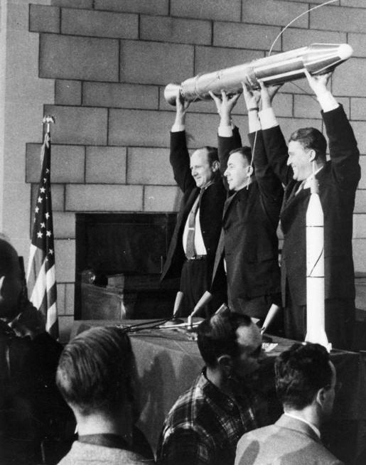 Wernher von Braun og hans hold, med en model af Explorer 1