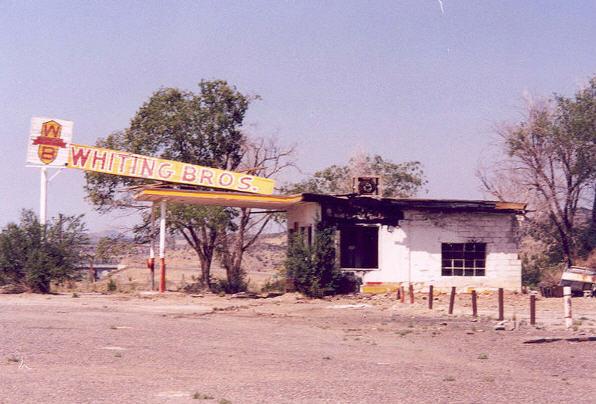 Forladt og nedbrændt - benzintank langs den gamle Route 66