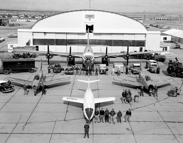 NACA testflyet D-559-2 Skyrocket flankeret af to F-86 Sabre chase aircrafts - 1952
