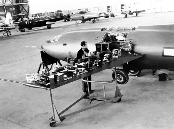 Bell X-1 under instrumentering på Muroc- bemærk de 2 P-59 Airacomets i baggrunden