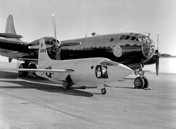 Bell X-1 og B-29 Mothership på Muroc rampen i 1949