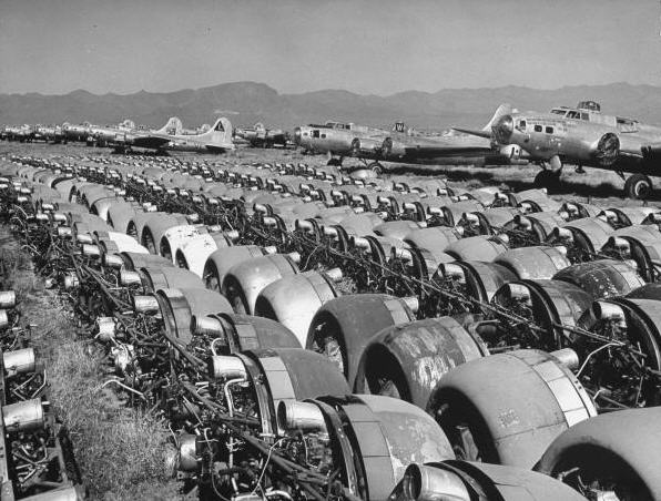 B-17 maskiner og Wright Cyclone motorer venter på bødlen
